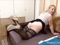 Housewife Leona does a hot booty dance on live cam