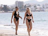 Tallia Storm kauniissa bikinissä, jossa tyttö rannalla