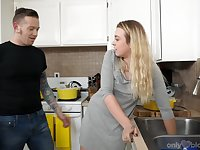 Housewifely girlfriend Ashley Manson provides tattooed BF with a blowjob